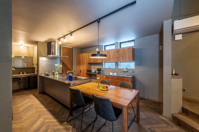 株式会社高田建築事務所「光をおさえた家「~絞られた光~」」のインダストリアル・ブルックリンスタイルなキッチンの実例写真