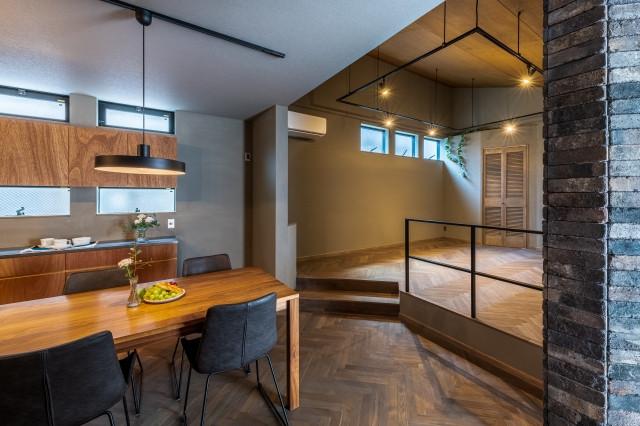 株式会社高田建築事務所「光をおさえた家「~絞られた光~」」のインダストリアル・ブルックリンスタイルなリビング・ダイニングの実例写真