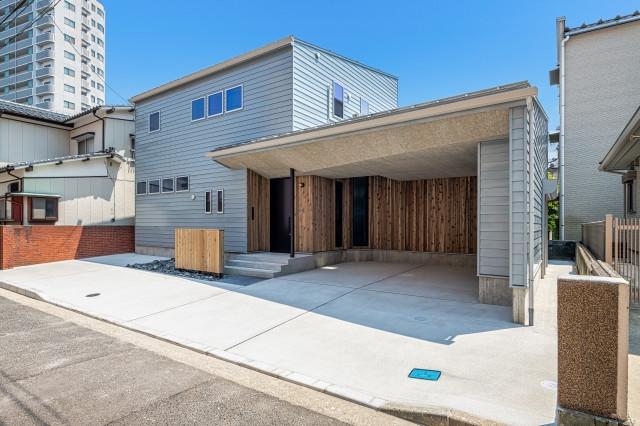 木毛セメント板と木製サイディングを使用した個性的なガレージ