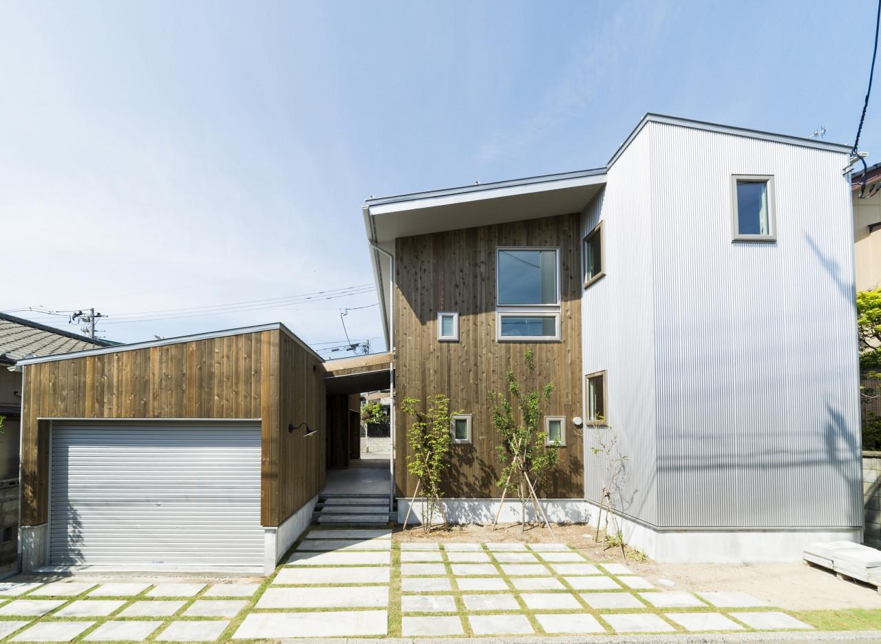株式会社高田建築事務所「二世帯住宅「アーキテクト ラボ」」の自然素材な外観の実例写真