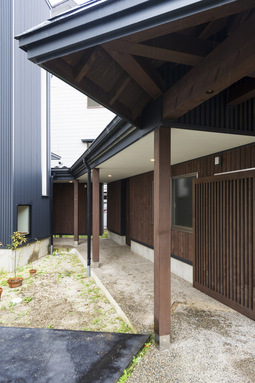 「外の内」門扉をくぐるとプライベートな雁木空間。
