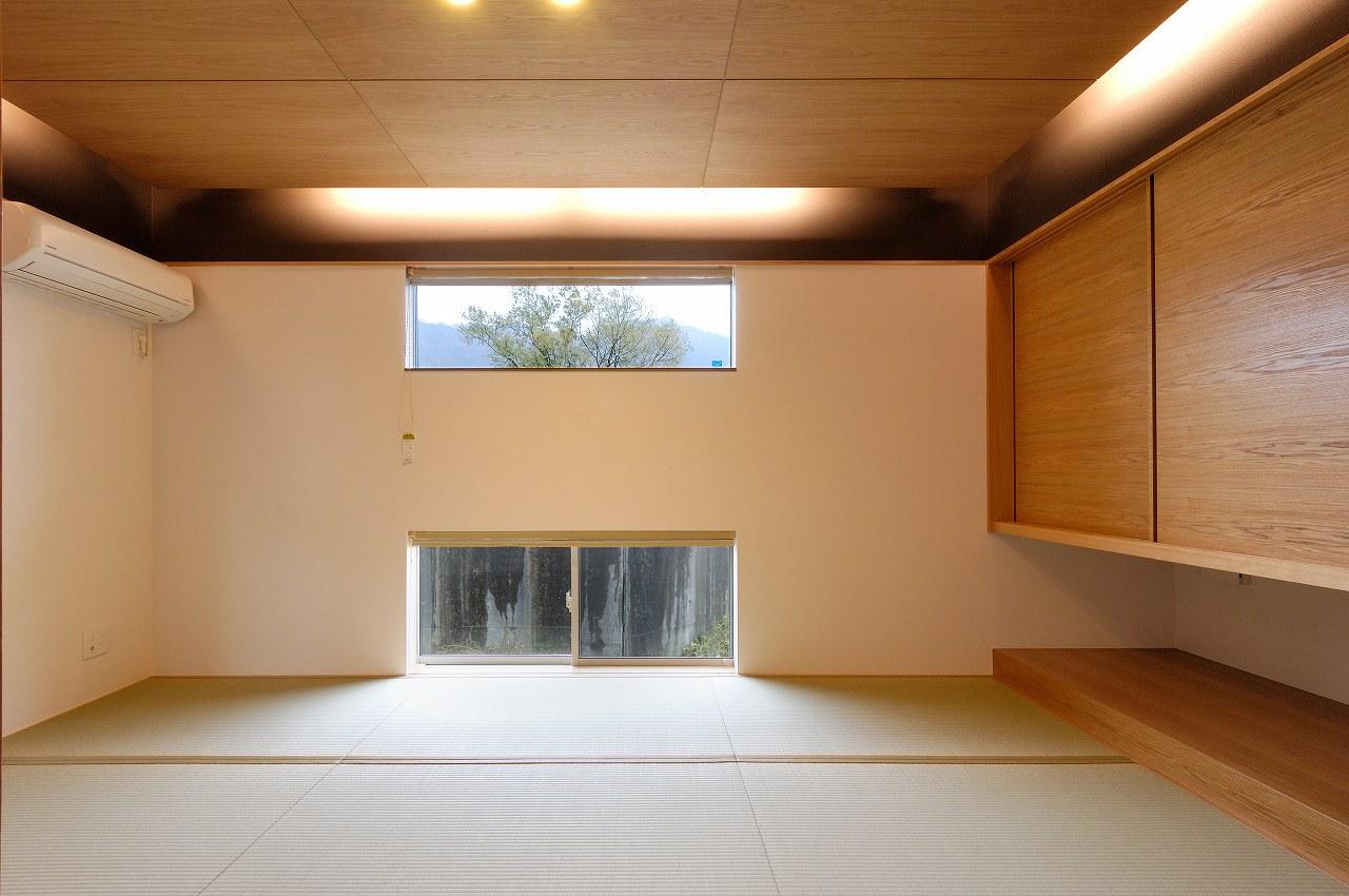 景色を切りとる窓と間接照明が印象的な和室