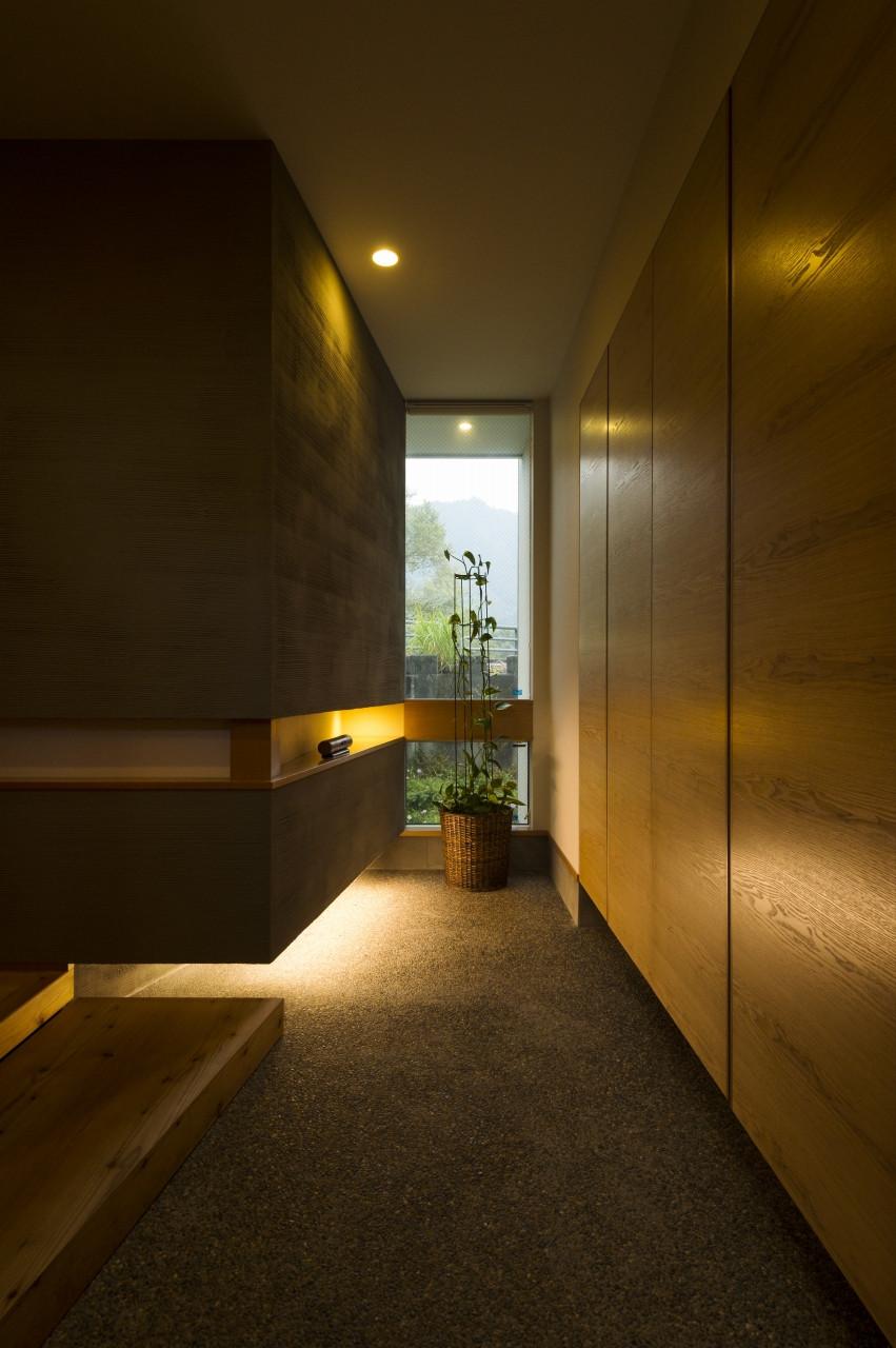 「内の外」奥行きのある玄関土間は外の延長である半屋外空間。