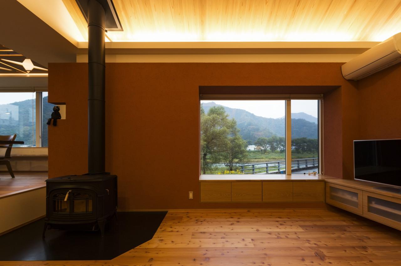 「内の内」2階リビングに入ると景色が目に飛び込んでくる。えんじ色の塗り壁は風景を切りとる額縁のよう。
