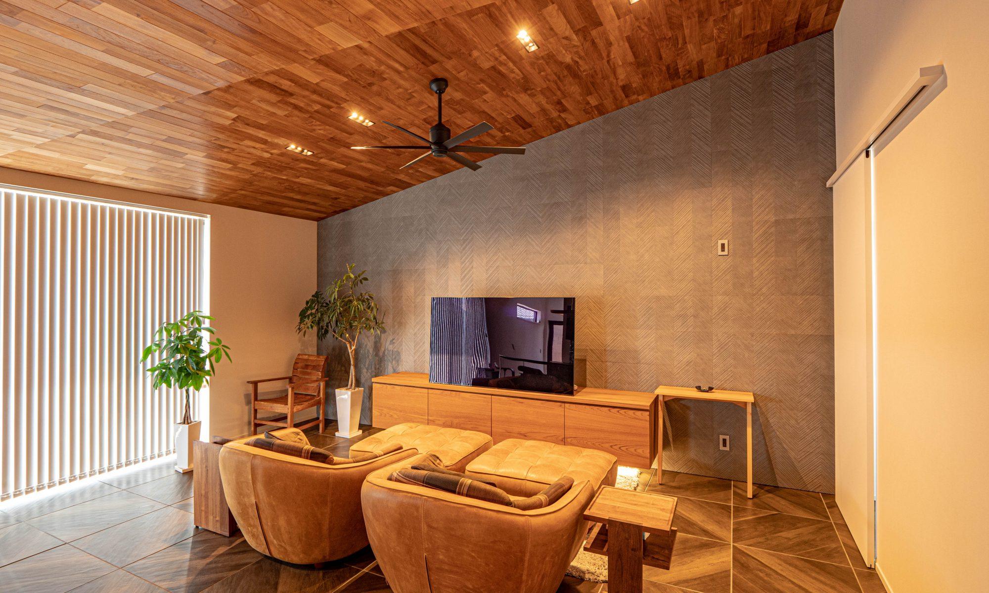 「癒やすこと、家というリゾート空間で暮らす」のモダンなリビング・ダイニングの実例写真