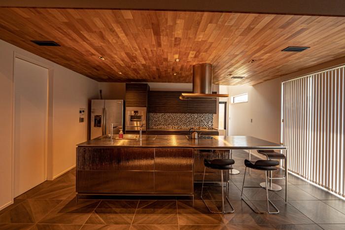 「癒やすこと、家というリゾート空間で暮らす」のモダンなキッチンの実例写真