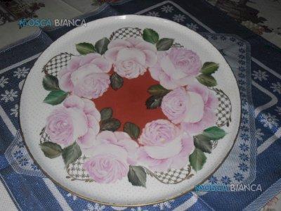 N. 2 piatti in ceramica pitturati a mano.