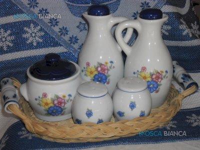 Cestino in vimini con contenitori in ceramica.
