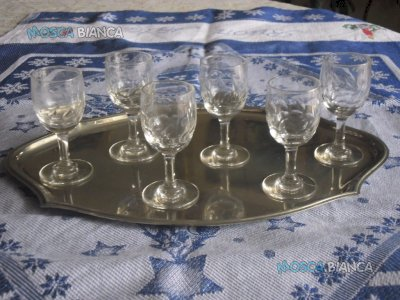 N. 6 Bicchierini da liquore con vassoio.