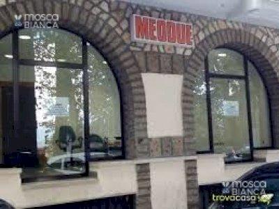 vendesi locale mq. 60 con quattro vetrine ottime condizioni centralissimo