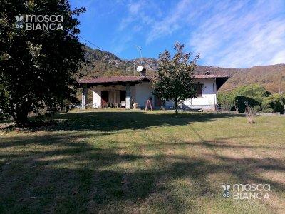 Villar S. Costanzo Privato vende casa unifamiliare con parco di 2000 mq. Porticato con forno e barbecue. Tel.3392677891.