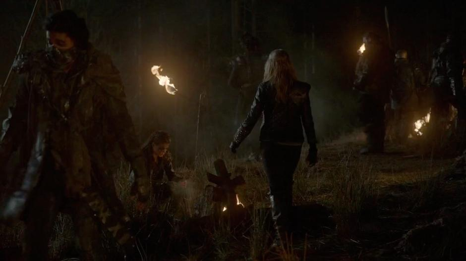 Clarke walks up to Octavia who is sitting by a fire.