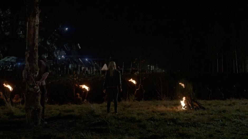 Clarke addresses the Grounders and Ark Survivors in front of Finn's body.