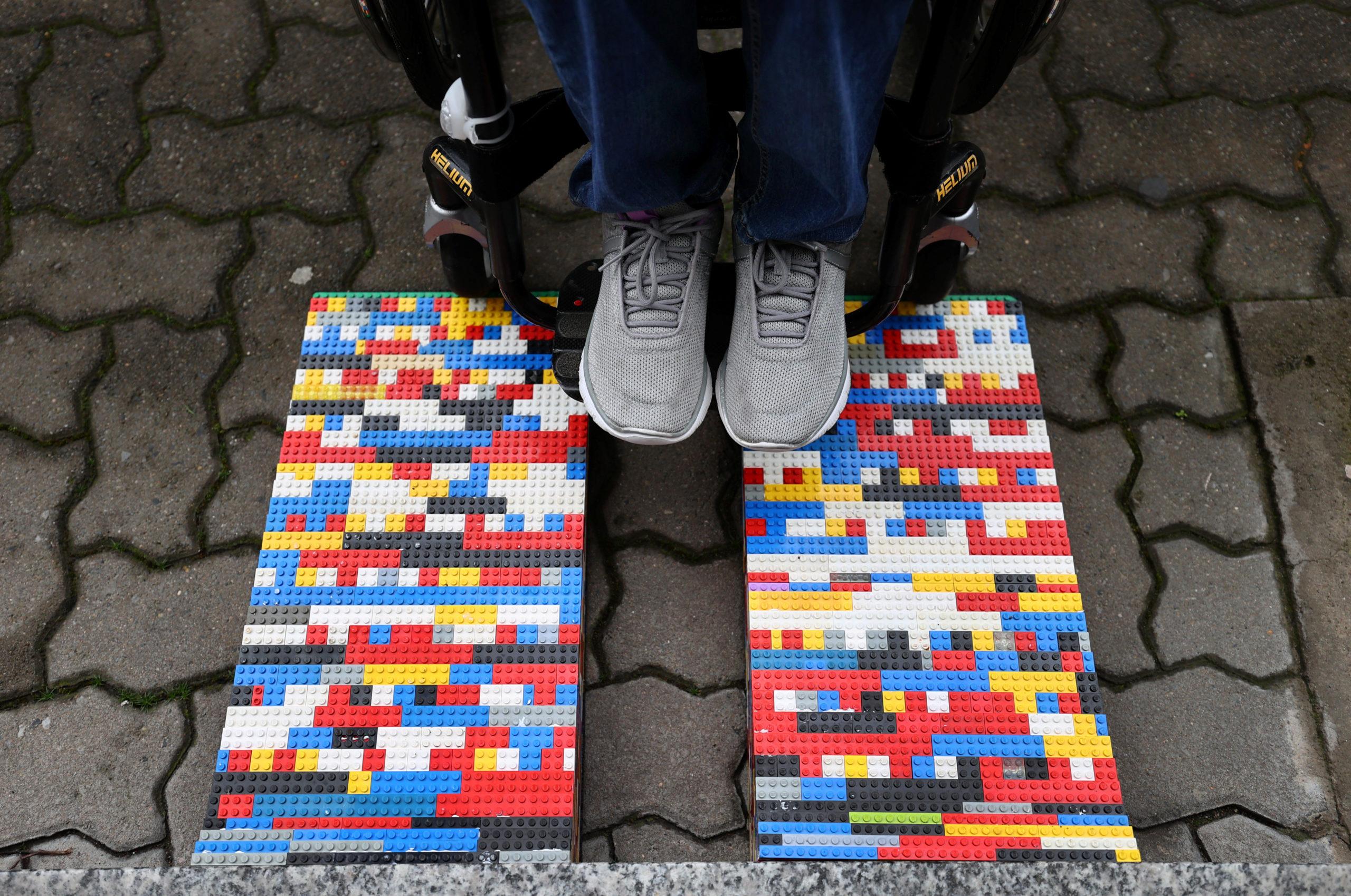 Rita Ebel construye rampas para sillas de ruedas con ladrillos de Lego donados, en la sala de su apartamento, en Hanau, Alemania / Reuters