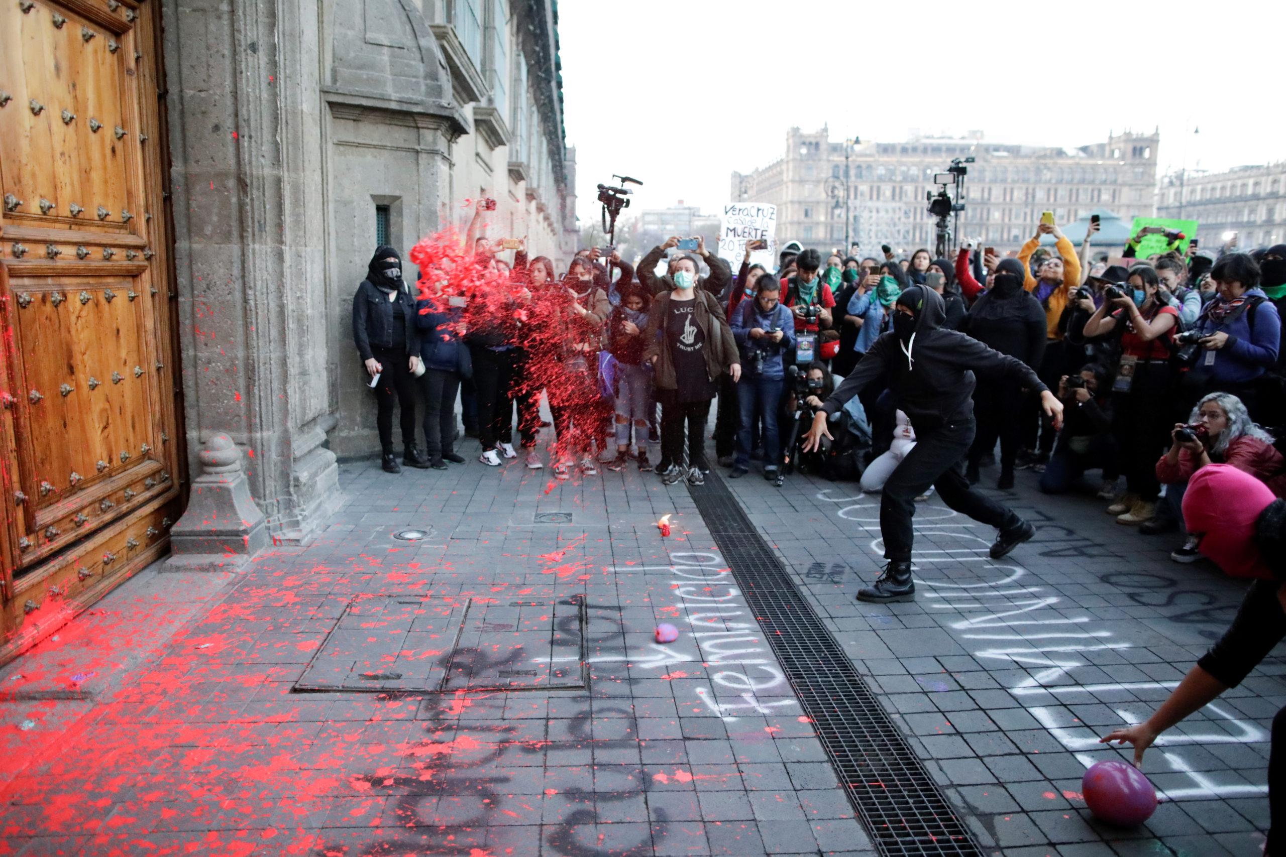 Colectivos feministas y manifestantes en contra de feminicidios y la violencia de género protestan en Palacio Nacional / Reuters