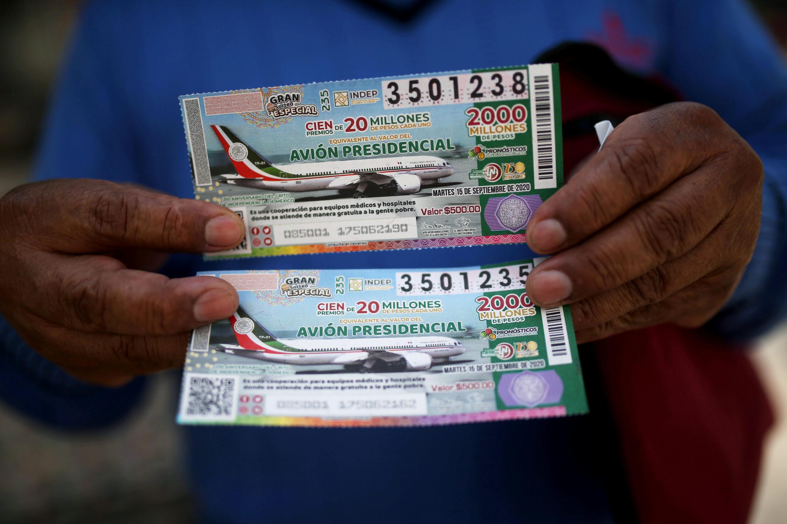 Mexicanos compran los primeros boletos de la rifa del avión presidencial / Reuters