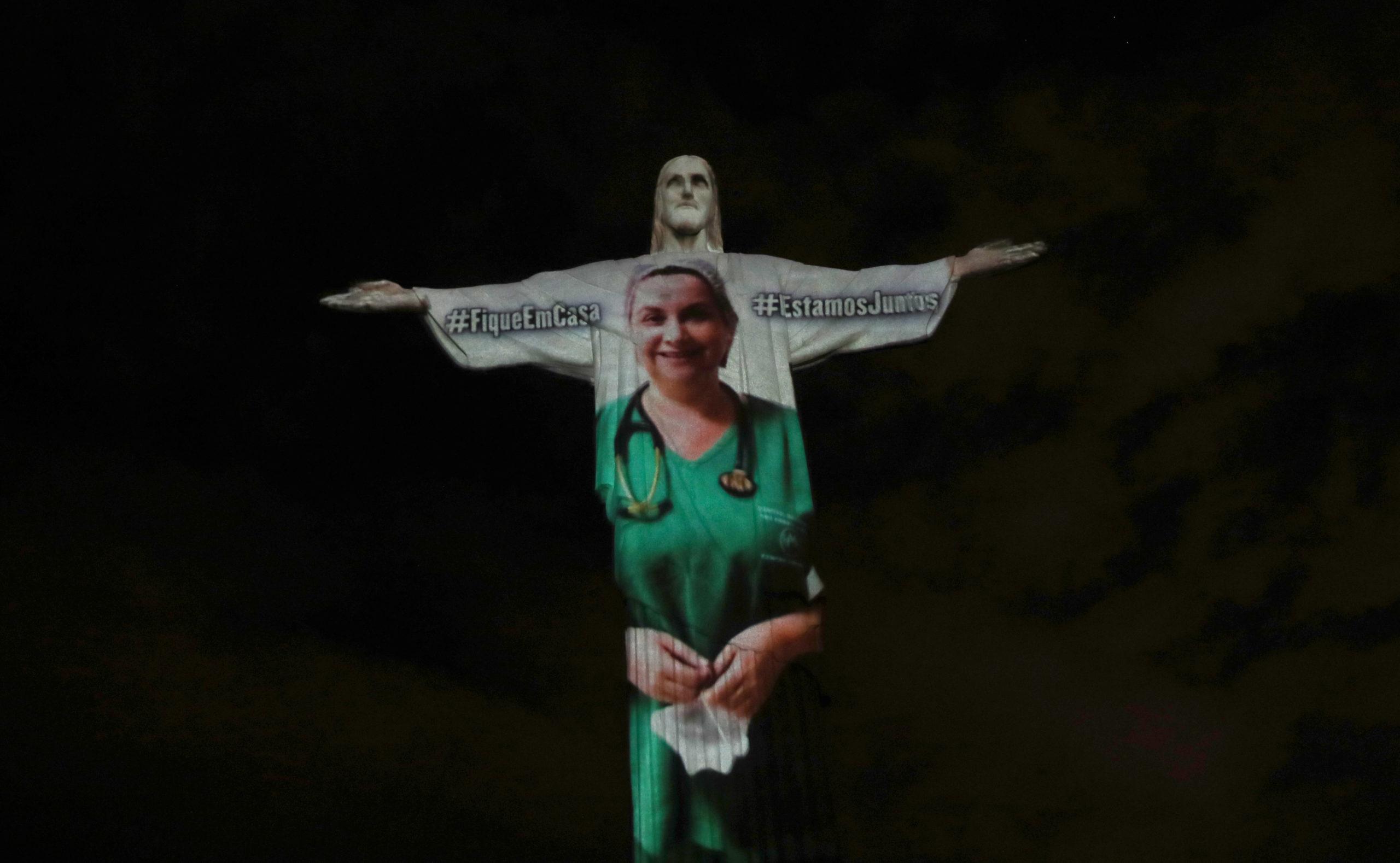 """El Cristo de Río se """"viste"""" de médico en homenaje al personal sanitario / Reuters"""