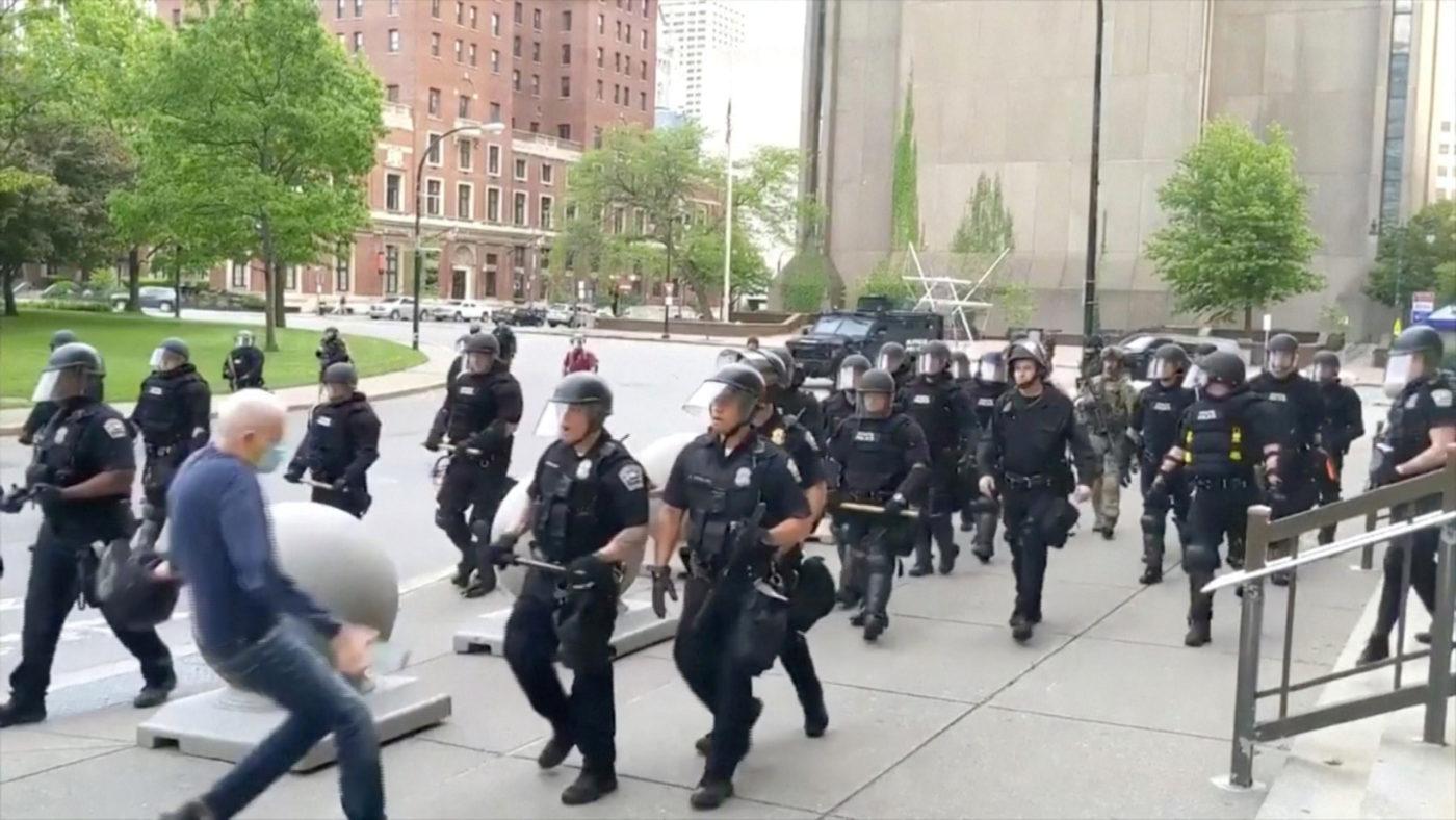 hombre y policías