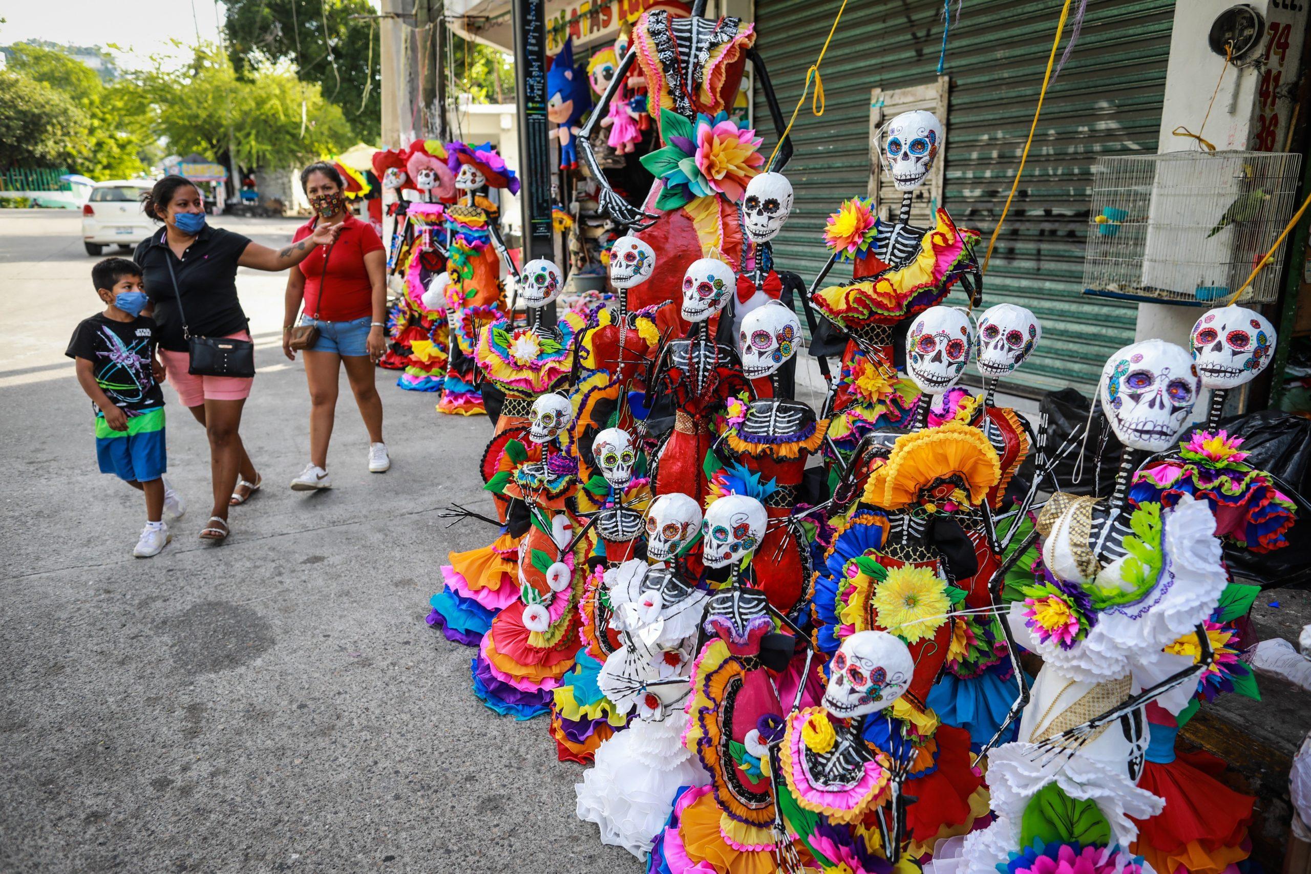 personas catrinas piñatas