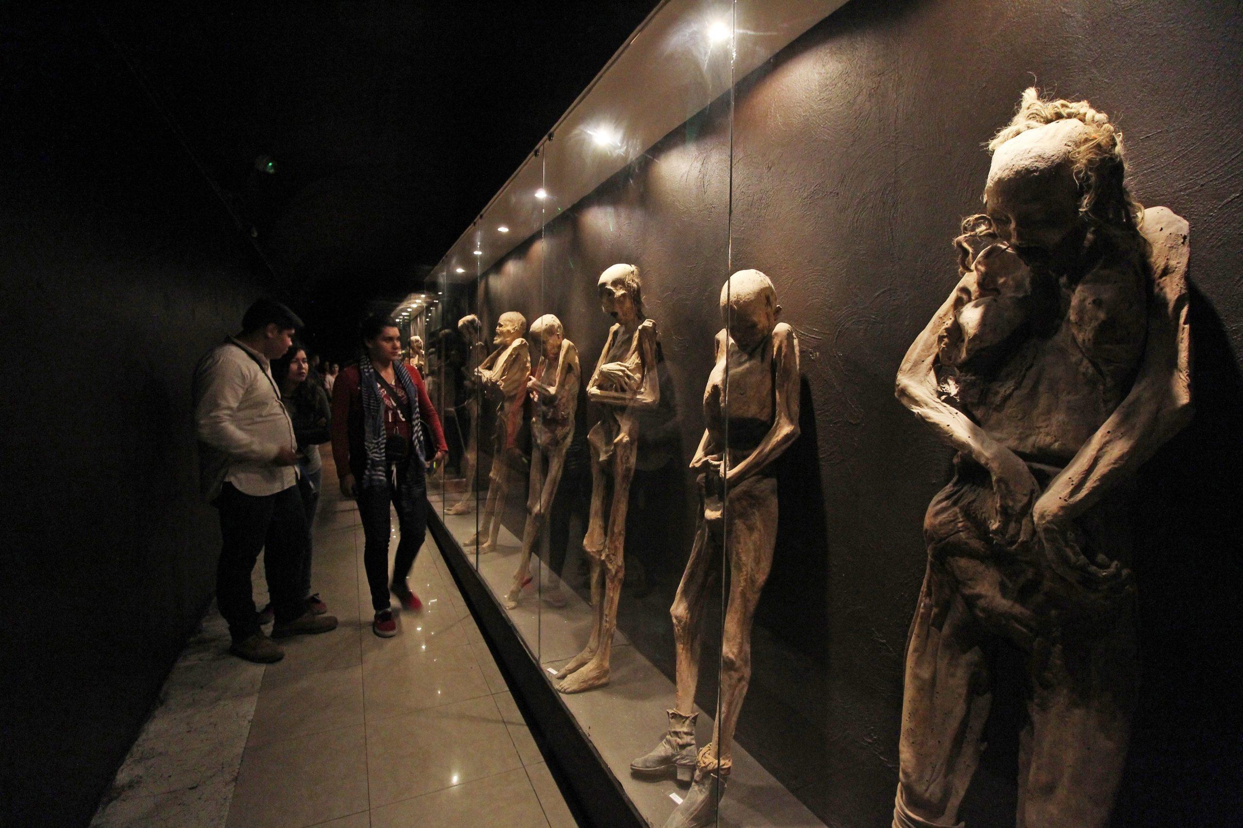 Visitantes observan las momias en el Museo de las Momias de Guanajuato (México) EFE/Mario Armas