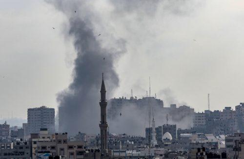 Vista de la columna de humo provocada por un ataque aéreo israelí en Gaza, Palestina / EFE