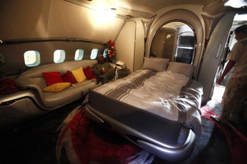 Un dormitorio del avión privado de Muammar Gaddafi / Reuters