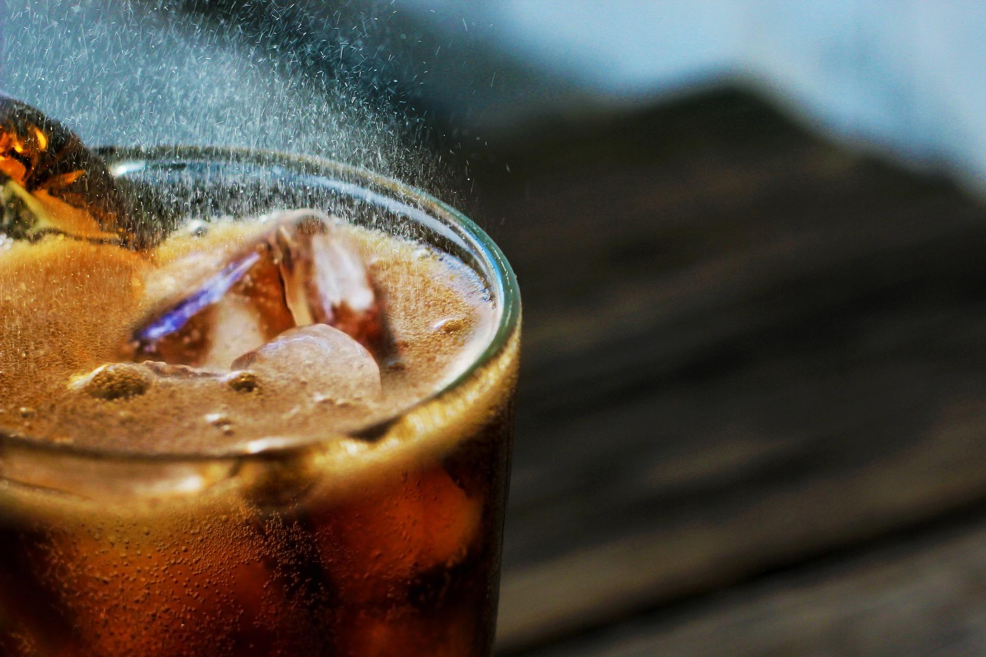 bebida con ron y refresco de cola/ Fotos: Pixabay