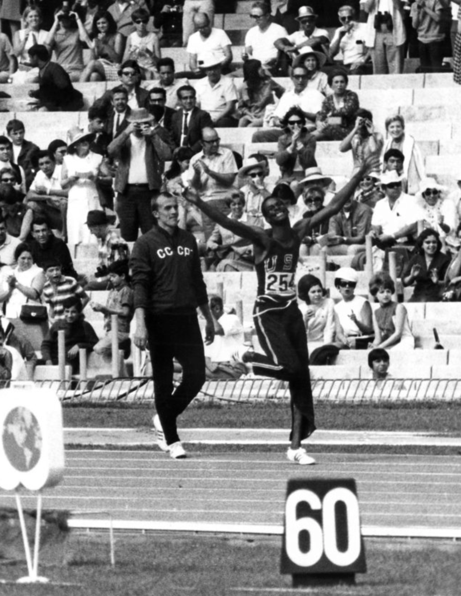 El atleta estadounidense Bob Beamon celebra el récord del mundo en salto de longitud que acaba de conseguir con 8,90 metros, en los Juegos Olimpicos de México. Foto EFE