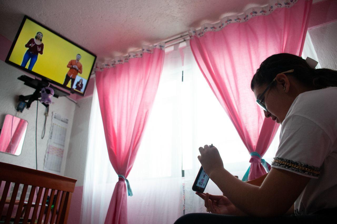 """anessa toma una de sus clases por televisión mediante el nuevo programa implementado por la SEP """"Aprende en Casa II""""."""