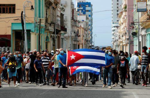 Un grupo de personas responden a manifestantes frente al capitolio de Cuba hoy, en La Habana (Cuba) / EFE