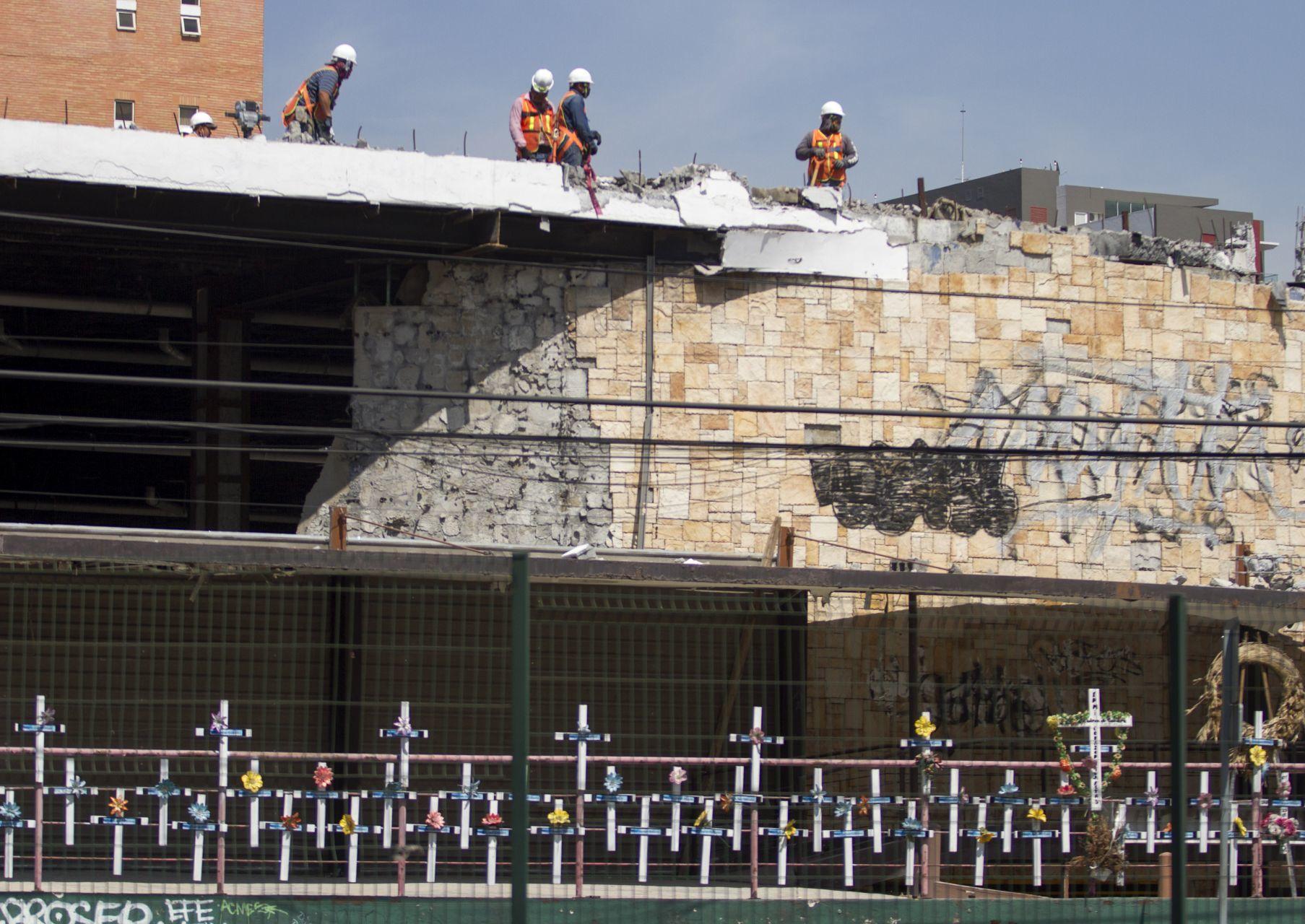 Trabajos de demolición del Casino Royale, en Monterrey/ FOTO: GABRIELA PÉREZ MONTIEL / CUARTOSCURO.COM
