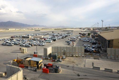 Vehículos militares de EU abandonados en Afganistán, tras el fin de las intervenciones militares en ese país