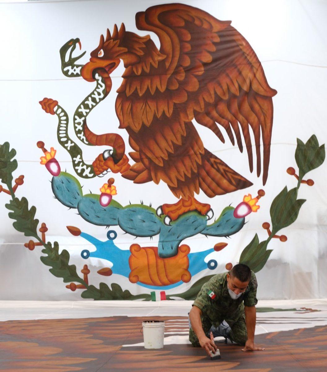 Escudo Nacional en bandera monumental