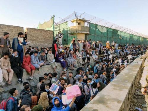 Personas en el aeropuerto de Kabul que esperan ser evacuadas