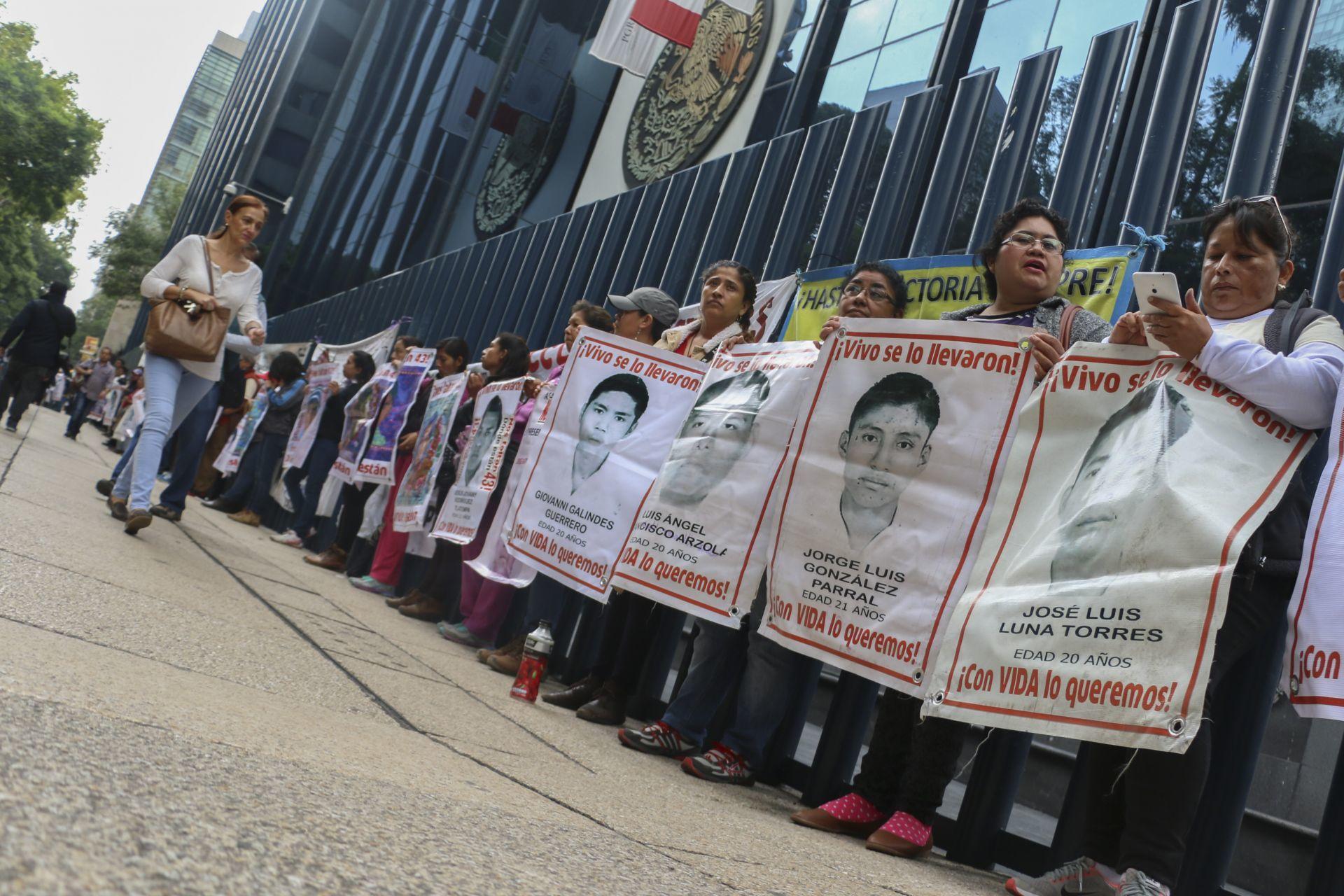 Padres de los estudiantes de la normal Raúl Isidro Burgos de Ayotzinapa/Foto:cuartoscuro