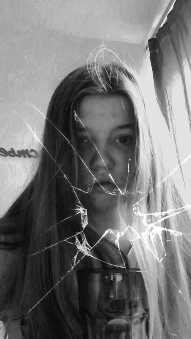 nadia_kyz Instagram filter black glass