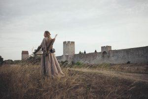 <b>Hur man syr en medeltidsklänning när man inte kan sy</b>