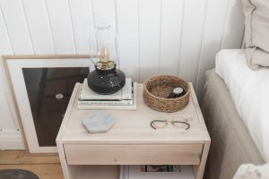 <b>Fixar till två ålderdomliga, second hand-fyndade sängbord</b>