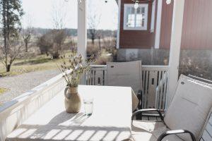 <b>Utemöblerna är (nästan) på plats på verandan!</b>