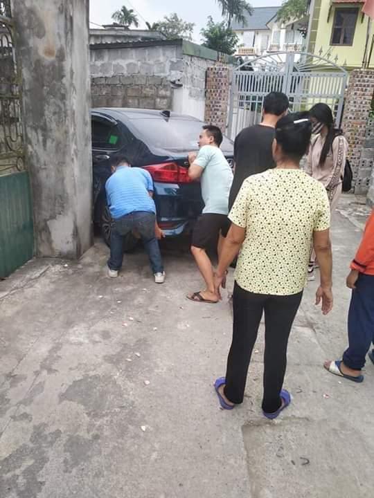 📝  Đang uống rượu mà hàng xóm bảo đánh xe hộ vào nhà không nó ăn trộm gương. Kết quả như vầy.... - Photos byVũ Viết Trường
