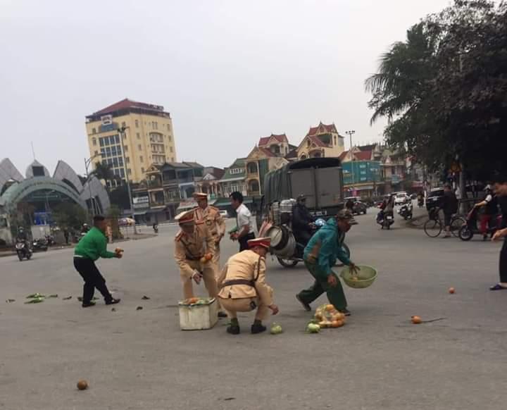 💬  CSGT Tp Vinh nhặt hoa quả giúp người dân rơi xuống lòng đường... Hành động nhỏ nhưng thật ấm áp long... - Photos byMinh Triều Anh