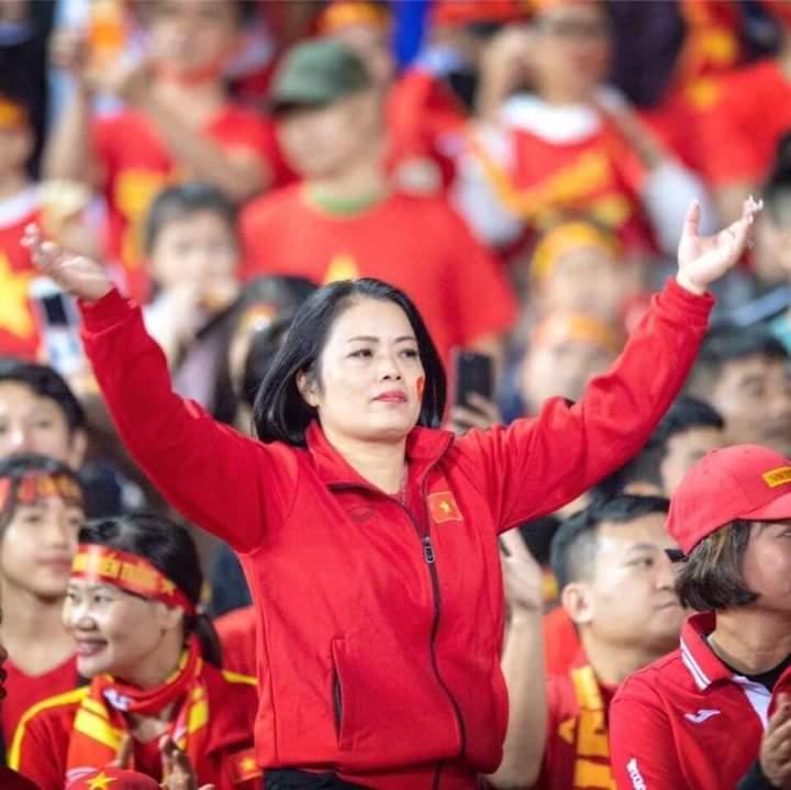 📣  Có thể nhiều ng chưa biết chị gái nhồi vào đầu các cầu thủ Sing những câu hát ám ảnh, chính... - Photos byAnh Tuấn Vũ