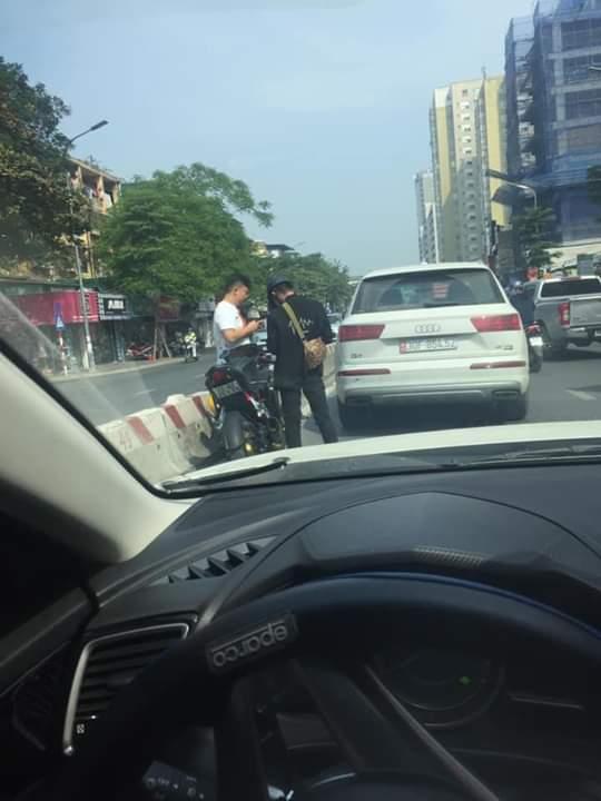🗞  Thanh niên đi phân khối vừa húc phải đít em Audi Q7. Hai bên không thoả thuận được nên Đang chờ... - Photos byPha Lê