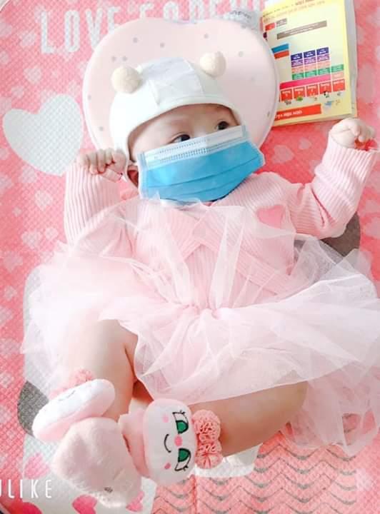 💬  Khoe hình con đeo khẩu trang đi các mom. Đi tiêm vắc xin cũng phải thật điệu mới chịu nha ... - Photos byVợ Minh