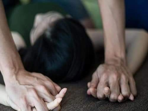 📰  Nói đi đâu cũng được , nữ sinh bị đưa vào nhà nghỉ hiếp dâm đến nhập viện.. Theo cáo trạng, vào... - Photos byPha Lê