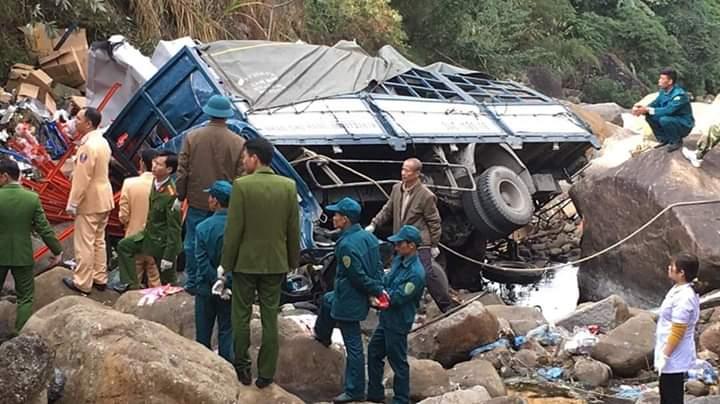 💭  Kinh Hoàng. Xe tải biển 34 lao xuống vực cả 3 người trên xe chết hết rồi ... Khổ thân... - Photos byKhả Phong