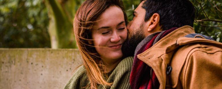 Mies suukottaa kumppaniaan