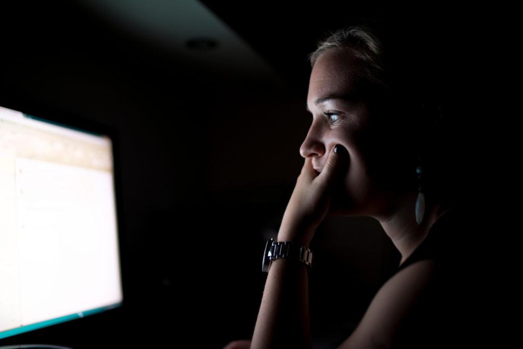 Aumento en problemas visuales por exposición a pantallas