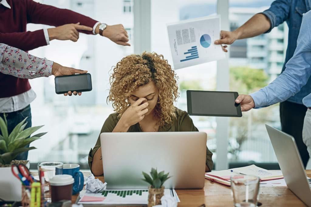 Estrés laboral incrementa riesgo de enfermedades cardíacas y adicciones