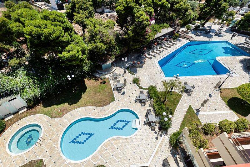 Το ξενοδοχείο μας από ψηλά με την πισίνα, την παιδική πισίνα και το τζακούζι